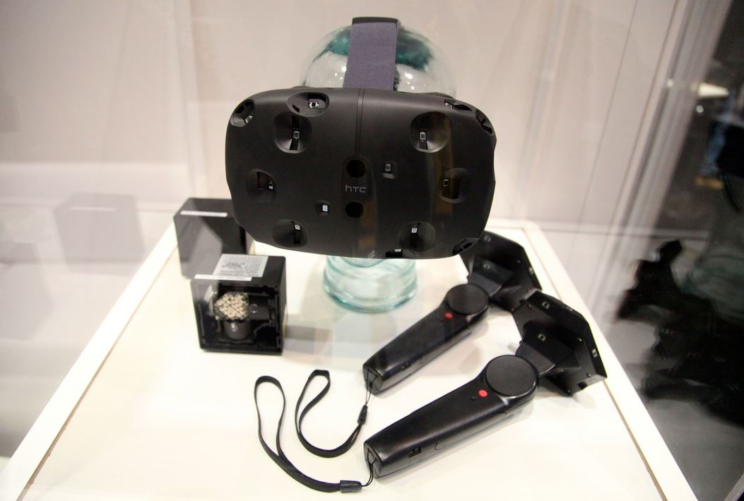 Das HTC Vive Komplettset mit Brille, Controller & IR Kameras