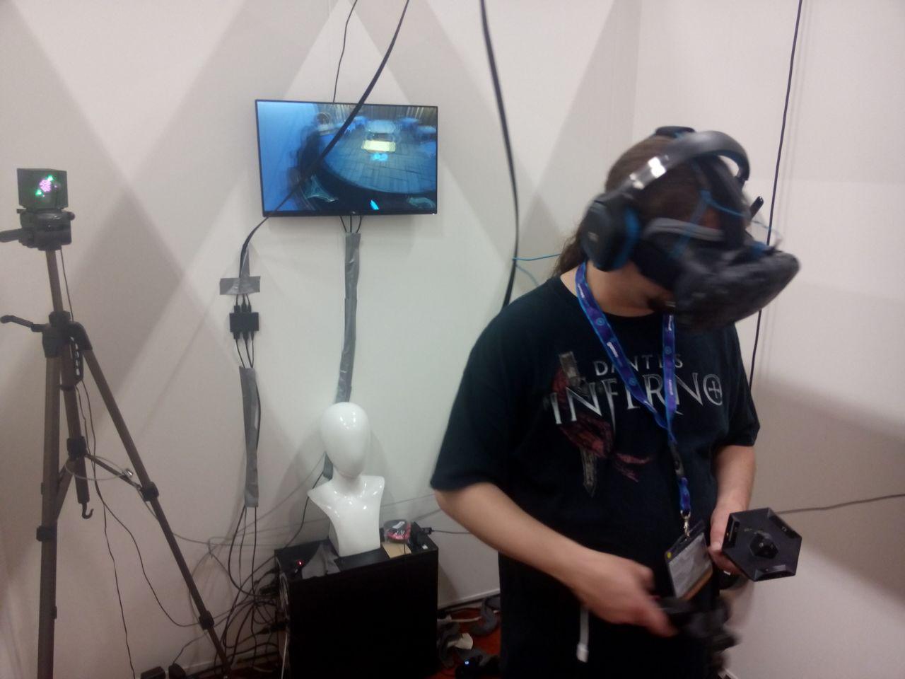 Ein Kollege testet die HTC Vive auf der gamescom